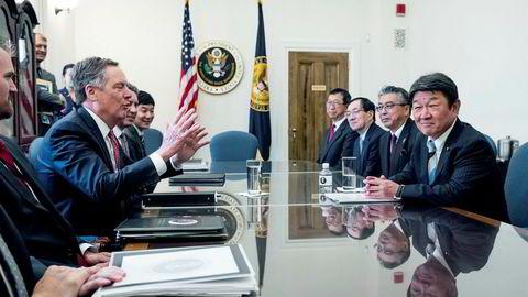 USAs handelsrepresentant Robert Lighthizer (i midten til venstre), og Toshimitsu Motegi, Japans økonomiminister (til høyre), holder det første møtet i Washington torsdag 9. august.