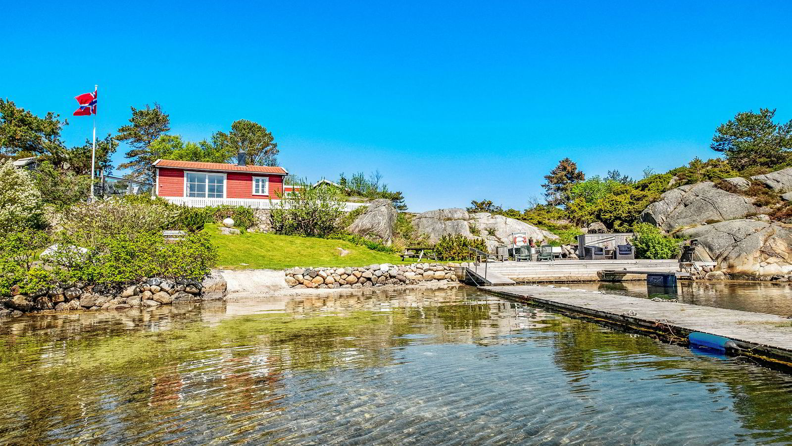 Den 48 kvadratmeter store hytta ved Høvåg i Lillesand kommune ligger ute for salg med en prisantydning på 6,95 millioner kroner.