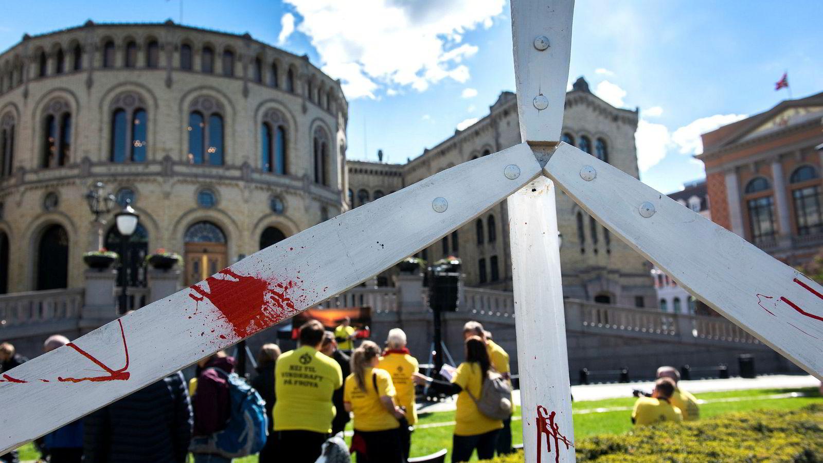 Den pågående utbyggingen av Frøya vindpark i Trøndelag har skapt kraftig lokal motstand. Aktivister markerte sitt syn også foran Stortinget i vår.