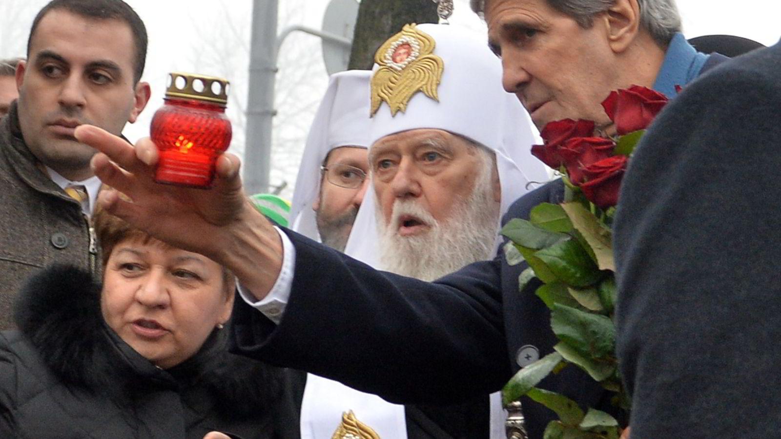 TIL ANGREP: Patriark Filaret, her med USAs utenriksminister John Kerry, går til angrep mot Russland.