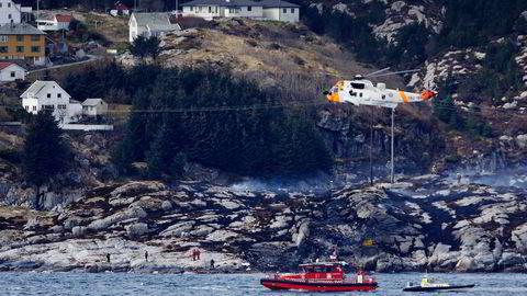 Alle de 13 ombord omkom da et helikopter styrtet i fjæresteinene ved Turøy i Øygarden kommune 29. april i år. Foto: