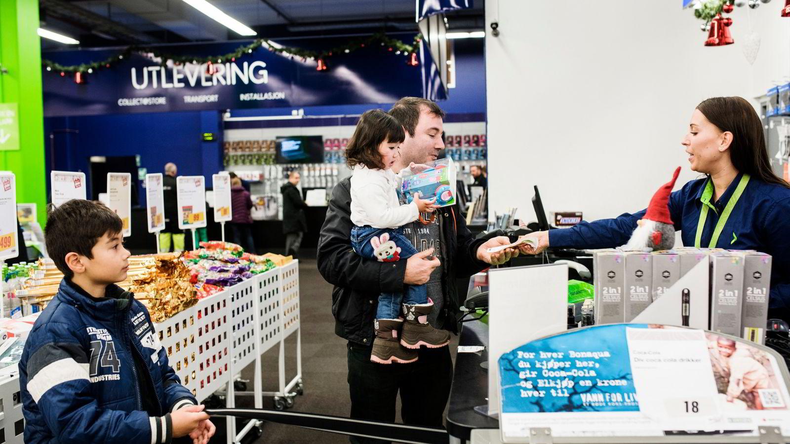 Ekspeditør Therese Gjertsen begynte på jobb kl 06.00 mandag morgen. Rundt lunsjtider var rundt 60 Elkjøp-ansatte i sving i Elkjøp-butikken på Lørenskog. Her sammen med Jan Aris Tomatsidis (9), Selina (2)  og pappa Niko Tomatsidis.