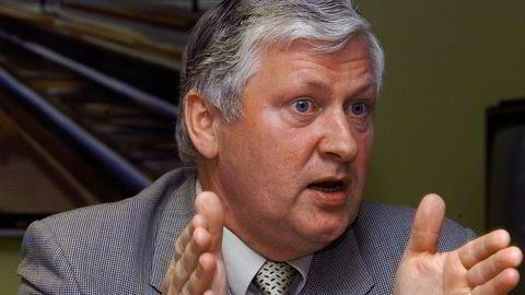 Tidligere NSB-sjef Osmund Ueland er oppgitt over politikere som ikke bevilger mer penger til doble jernbanespor.