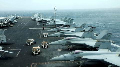 USS Abraham Lincoln ligger nå i Omanbukten nær Hormuzstredet.