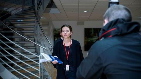 Nyhetsredaktør i VG, Tora Bakke Håndlykken, på vei inn til onsdagens pressekonferanse. – Vi kan ikke stille oss bak Skarvøys uttalelser. Det er ikke i tråd med våre konklusjoner. Det er VG som har ansvaret – ikke Sofie, sier hun.