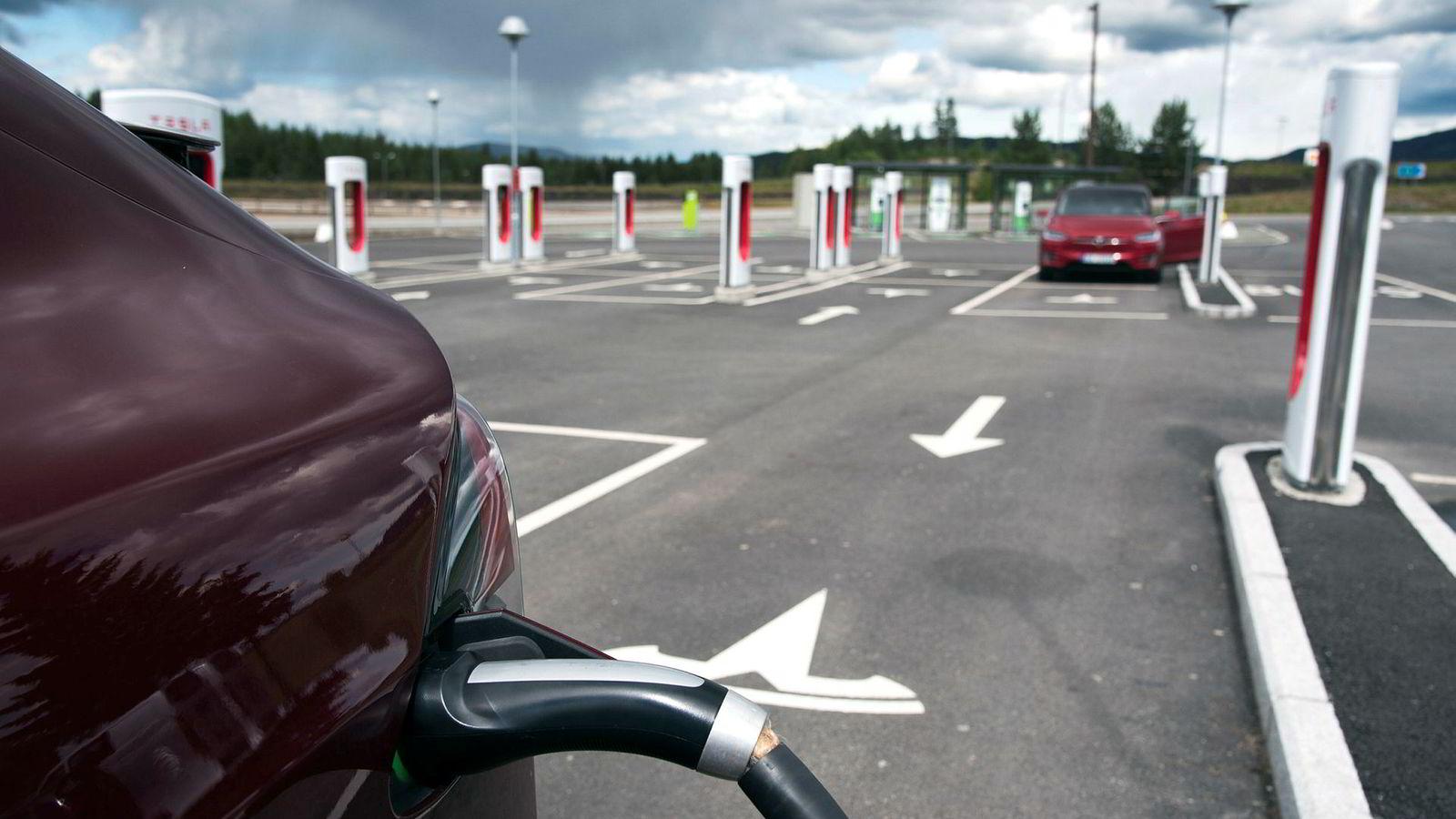 I de siste årene har Tesla bygget et nettverk med ladestasjoner, som her på Nebbenes langs E6 nord for Gardermoen.