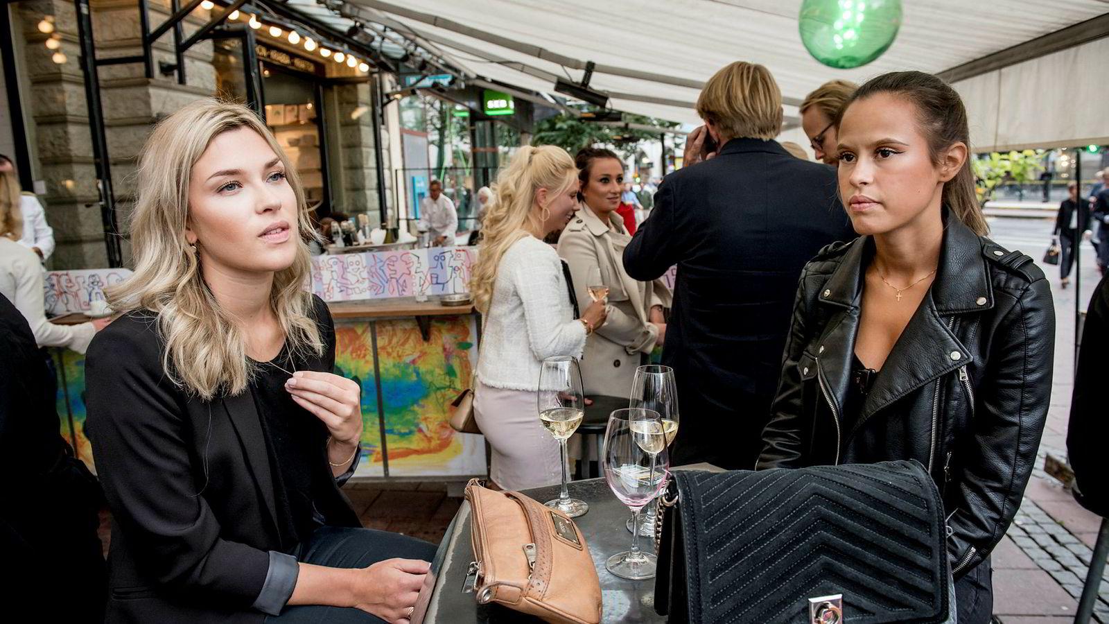 Bedriftsøkonomistudent Sofia (27) til venstre og flyvertinne Nicole (26) drikker et glass hvitvin på Stureplan. De er bekymret for søndagens riksdagsvalg.