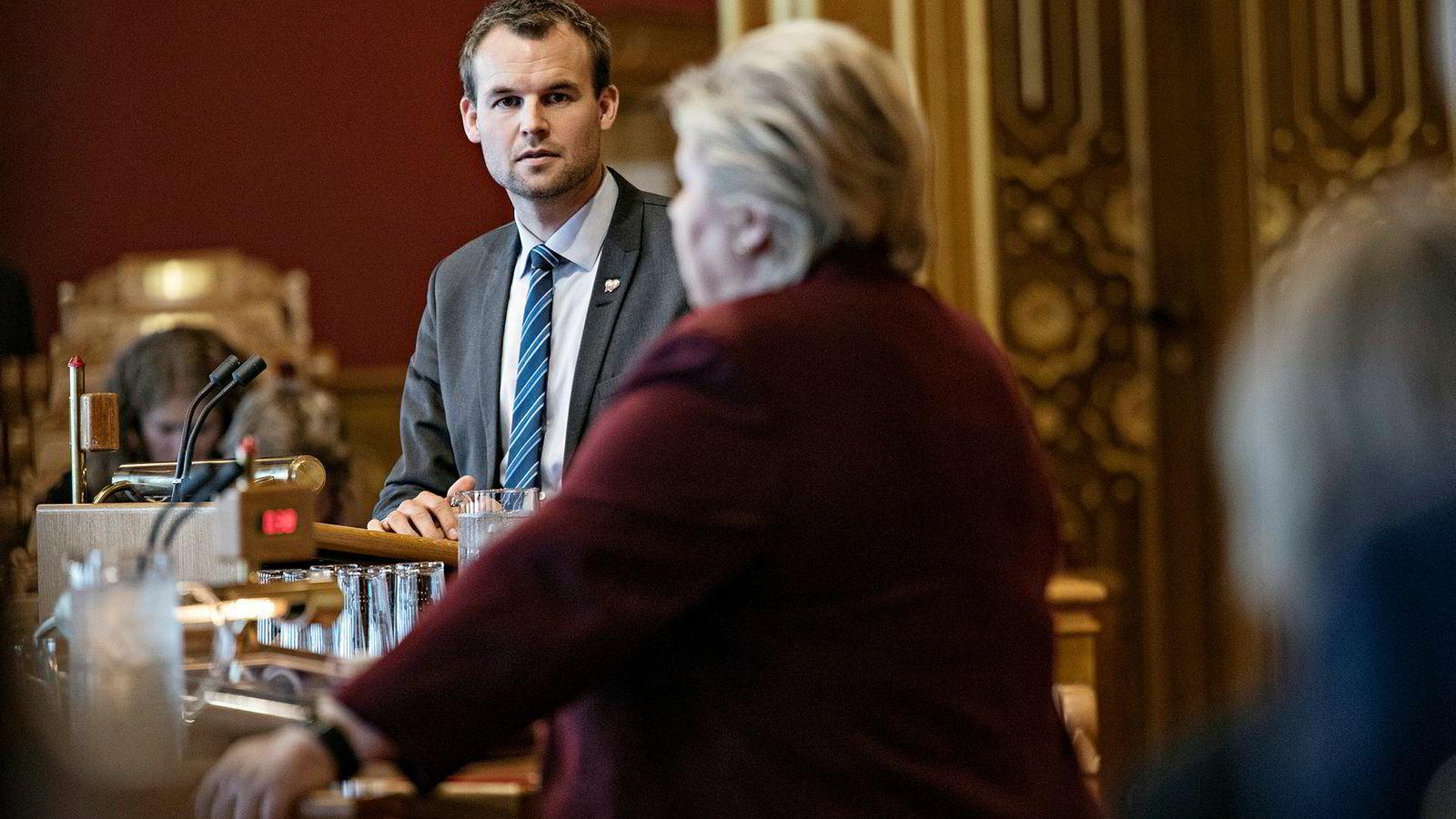 Fredag besøker statsminister Erna Solberg hjembygden til Kjell Ingolf Ropstad. Her er de i spontan spørretime på Stortinget.