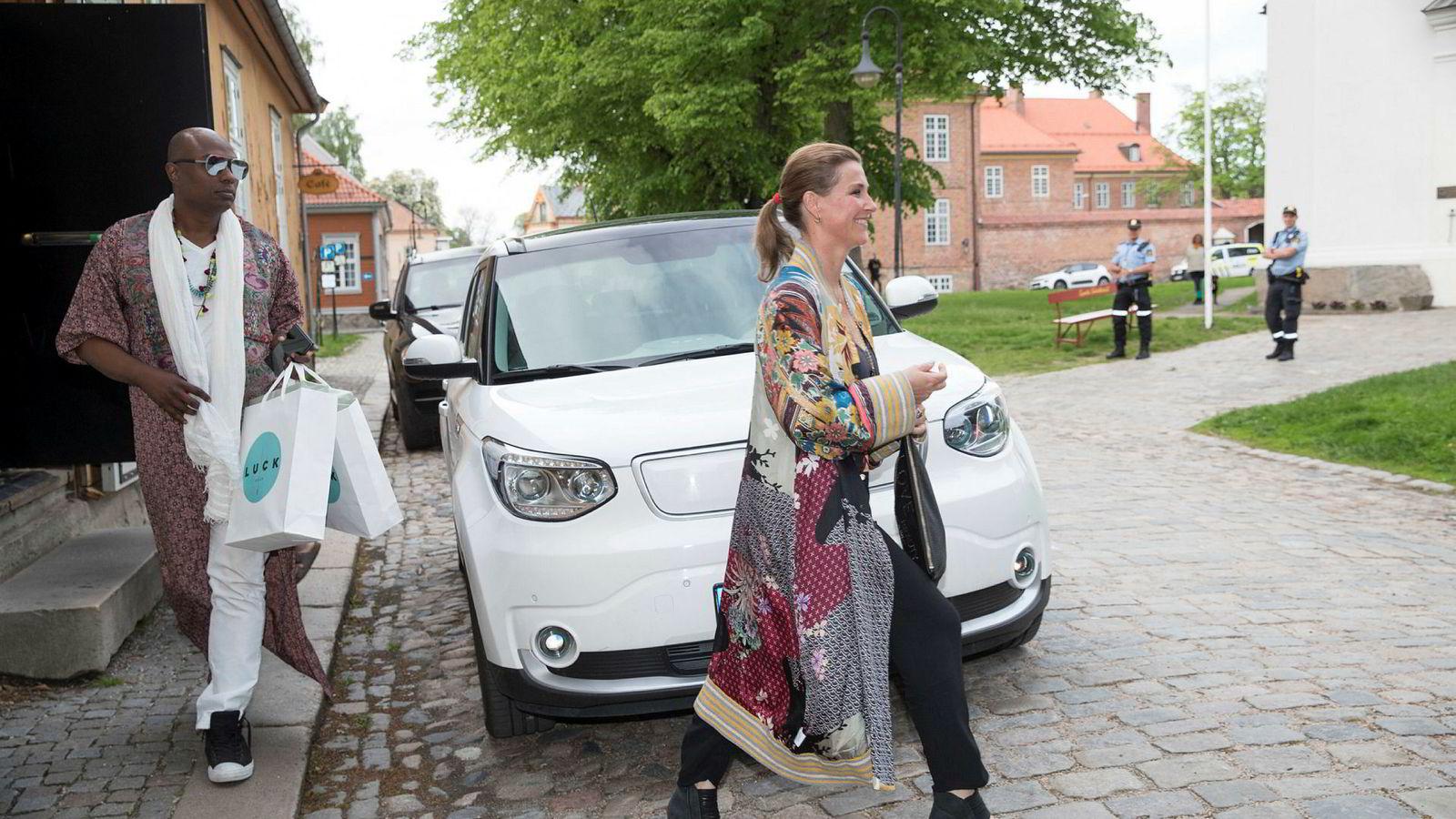 Prinsesse Märtha Louise og sjaman Durek Verrett ankommer Gamlebyen Kulturhus i Fredrikstad før en av duoens seanser.