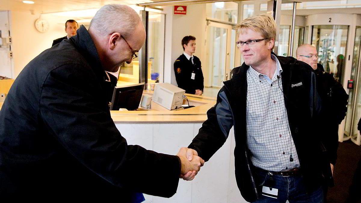 Kommunikasjonsdirektør Rune Indrøy i TV2 (til venstre), hilser på Haakon L. Dragland, Produkt- og strategidirektør i Canal Digital.