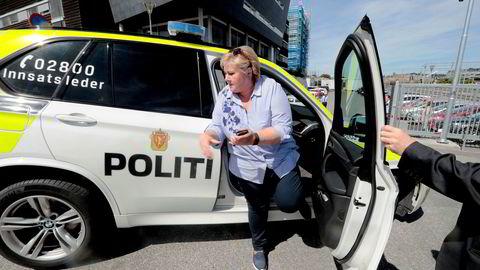 Ikke overraskende var det i valgkampen lett å finne misnøye i politiet til politireformen. Her statsminister Erna Solberg på kjøretur med innsatsleder Svein Walle i Ski.
