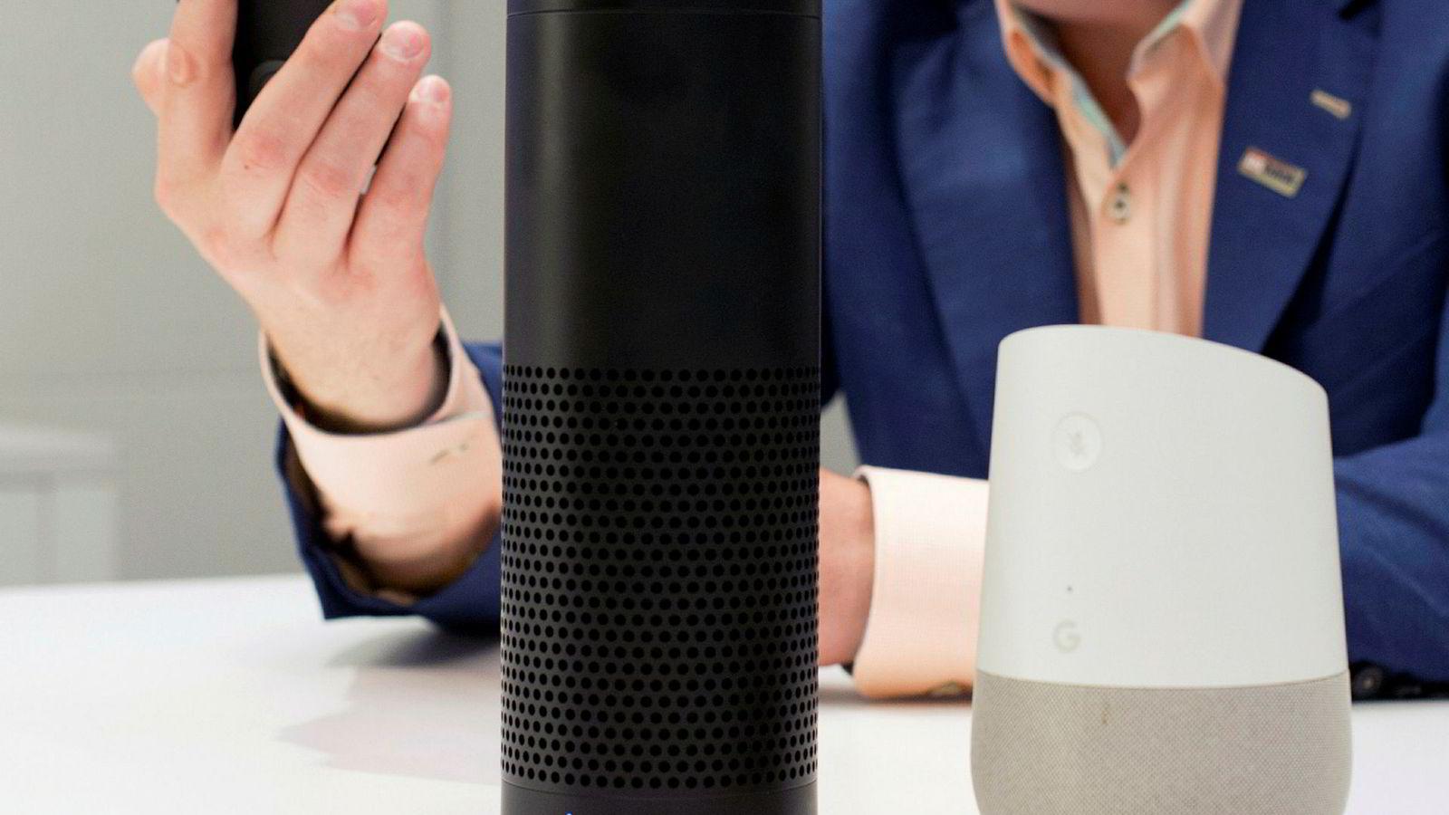 Smarthøyttalere med Google Assistant innebygd, som for eksempel Google Home (til høyre), tar opp lyd når man snakker til den. Til venstre ser man en Amazon Echo.