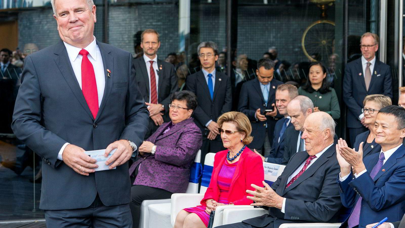 John Fredriksens oppdrettselskap Marine Harvest har inngått en avtale med gigantselskapet Alibaba og Jack Ma. Sammen skal de levere norsk laks direkte til kinesiske forbrukere. Her er Marine Harvest-styreleder Ole-Eirik Lerøy på vei til talerstolen under en åpningsseremoni i Shanghai torsdag. Bak sitter dronning Sonja, kong Harald og Alibaba grunnlegger og styreleder Jack Ma.