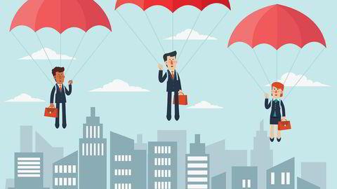 Vi hører mest om de svære og lukrative fallskjermene. Men hva er forskjellen på dem som får med seg tre årslønner og dem som sitter igjen med et par måneders lønn?