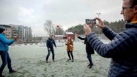 Administrerende direktør Henrik Stub Aune (fra venstre), markedssjef Paal Smith-Meyer, Marinette Hexeberg, designer Eivind Solberg og teknologidirektør Jarle Nordby-Bøe. Playfinity har laget en smartball koblet til sensorer og mobilen som gjør triksing til et spill.