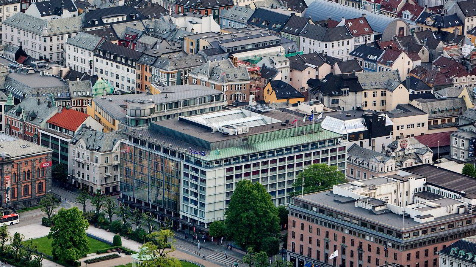 Hotellene i Bergen, her representert med Radisson Blu Hotel Norge ved Torgallmenningen, fikk en nedgang i inntekten per tilgjengelige rom på 22 prosent i oktober. Foto:
