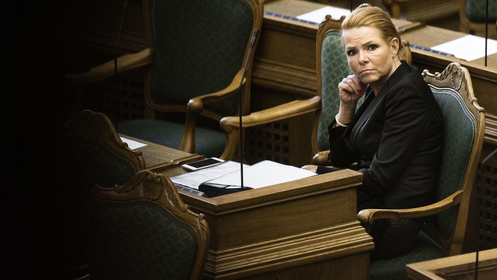 Danmarks integrasjonsminister Inger Støjberg lytter til debatten i Folketinget. Foto: Reuters / NTB scanpix