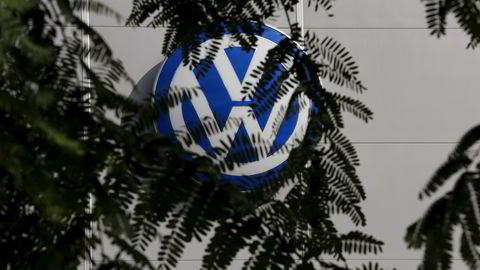 Volkswagen-logoen ved en bilforretning i Spania. Foto: Marcelo del Pozo / Reuters / NTB scanpix