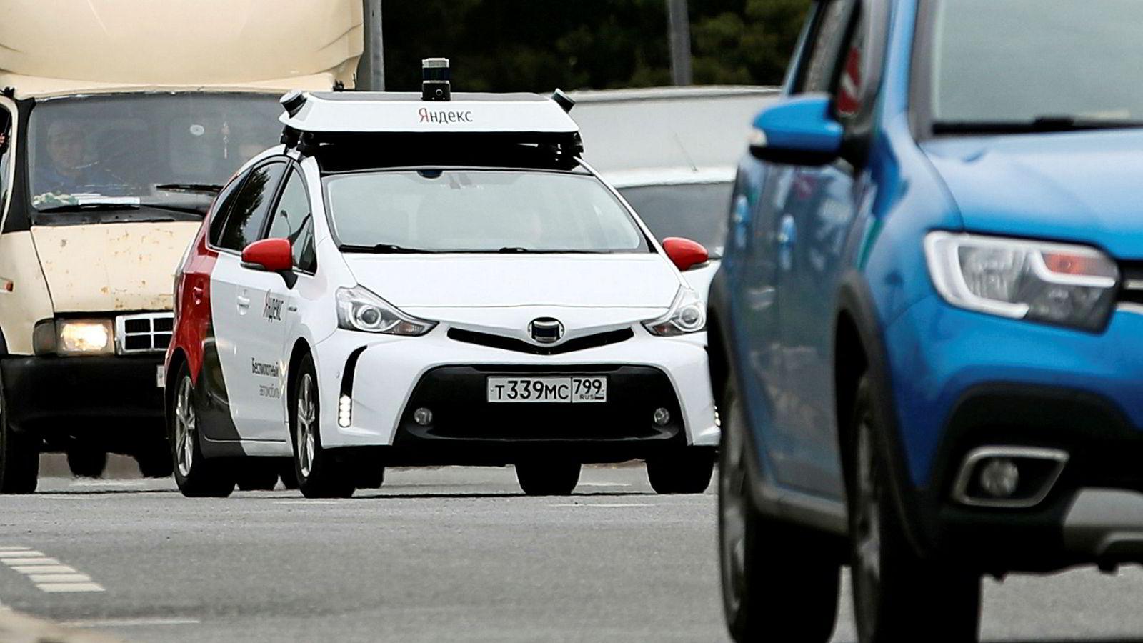 Det russiske selskapet Yandex har drevet forsøk med selvkjørende biler i Moskva siden mai i år. Russland har nettopp inført nye lover som tillater tester med førerløse biler på offentlige veier. Om de er programmert med vestlig eller østlig kultursyn på «umulige valg» i vanskelige situasjoner vites imidlertid ikke.