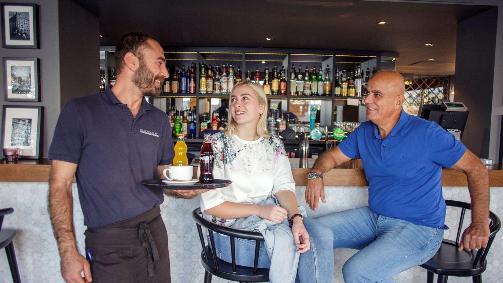 Dårlig idé med ny skattemelding, mener Azba Moufid (fra høyre), eier og sjef i Kjøkken og Bar as, og servitørene Amalie Hyni og Nubeeh Samaan.
