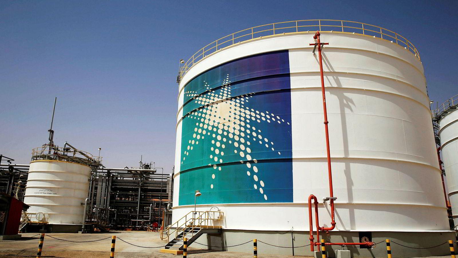 Saudi-Arabia har stengt ned oljeproduksjon tilsvarende 5,7 millioner fat olje. Det utgjør syv prosent av den globale produksjonen av råolje. Her fra produksjonsanlegget ved Saudi Aramcos Shaybah, Saudi Arabia.