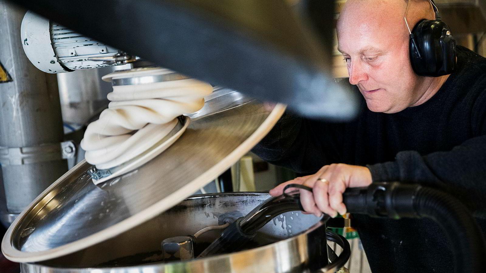 Prosessoperatør Jan Ove Valrygg i Microbeads er i ferd med å fylle en ny eske med mikrokuler i plast med forskjellige egenskaper som brukes i alt fra maling til rensing av atomavfall.