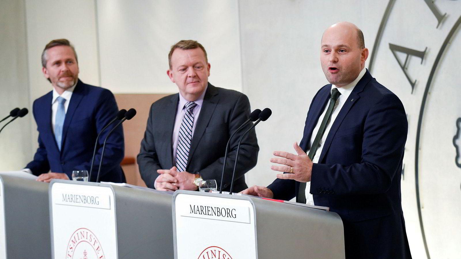 Statsminister Lars Løkke Rasmussen (i midten) presenterte søndag ettermiddag nytt regjeringsgrunnlag sammen med de Konservatives leder Søren Pape Poulsen (t.h) og Liberal Alliances leder Anders Samuelsen (t.v).