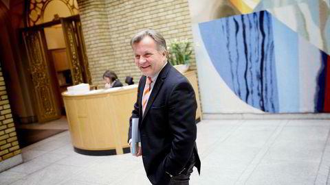 Frps kulturpolitiske talsmann Ib Thomsen på vei inn til stortingsmøtet tirsdag der slukking av fm-nettet skulle diskuteres. Der ble han – til manges overraskelse – tatt på alvor.