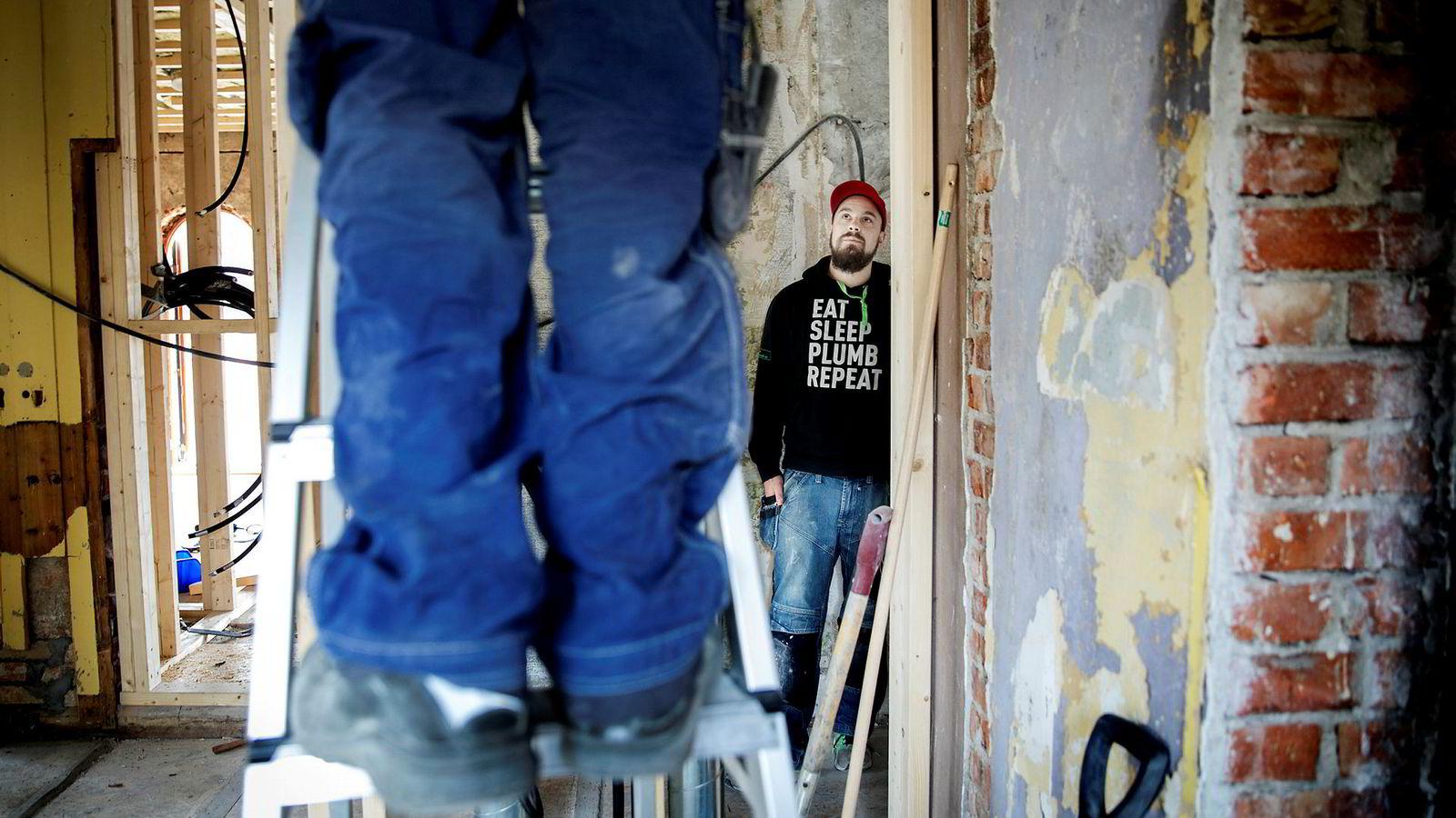 – Folk tror det er en veldig skitten jobb, men det er ikke slik i det hele tatt, sier Christopher Skogstad Messiha, daglig leder i Sandvika Rørlegger. Her installerer de spa-anlegg i en bolig på Oslos vestkant.