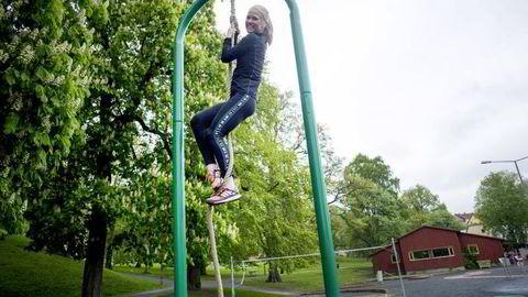 LEK: Personlig Trener Hedvig Bang viser hvordan styrkeøvelser kan utføres på lekeplassen. Foto: Mikaela Berg