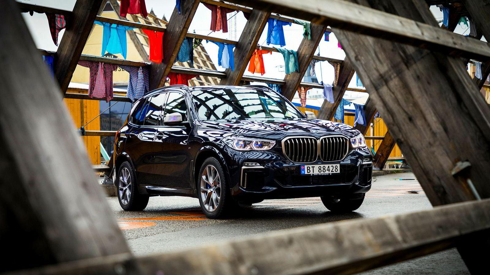 Aksjene i luksusbilprodusenten BMW selges med rabatt på børsen i Frankfurt.