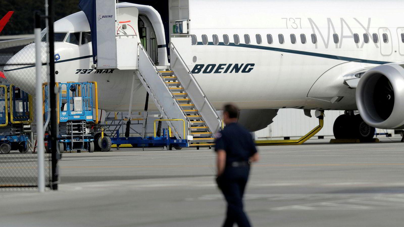 Boeing har innkalt til stort møte og jobber alt det kan med å få 737 max på vingene igjen.