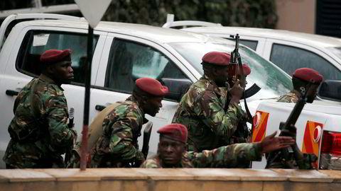 Terrorangrepet ved Dusit hotell i Kenyas hovedstad Nairobi er ennå ikke over. På bildet sitter sikkerhetsstyrker i posisjon i nærheten av der nye eksplosjoner og skudd ble hørt.