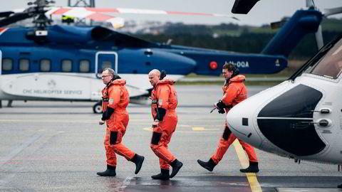 Statoil-sjef Eldar Sætre (til venstre) har sagt at det ikke skal fires på sikkerheten, men selskapet bekrefter at egne krav til helikoptertjenester ikke er fulgt i sommer. Her kommer han ut av et helikopter på Sola etter besøk på Gullfaks B i mai. Foto: Carina Johansen/