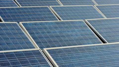 Solcellepaneler på taket av et hus.