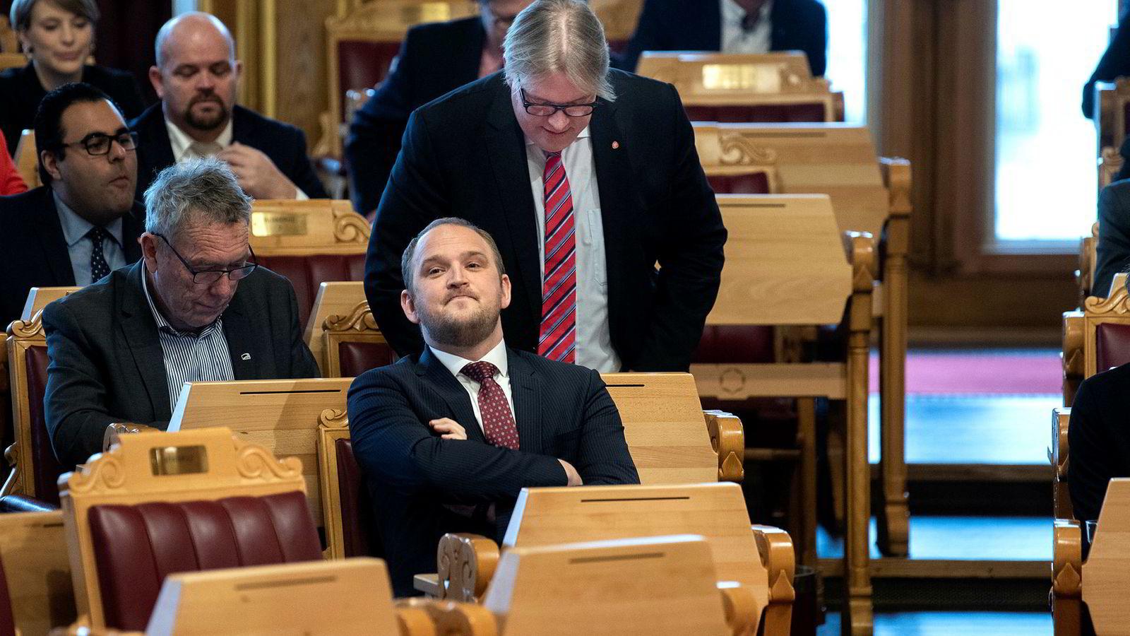 Arbeiderpartiets Sverre Myrli, her i stående positur, har sittet på Stortinget i 18 av de 130 årene NSB har hatt navnet NSB. Onsdag stilte han spørsmål til samferdselsminister Jon Georg Dale om NSBs nye navn Vy.