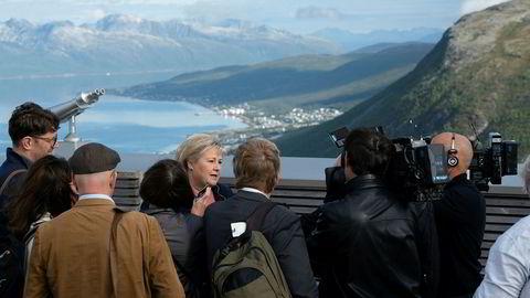 – Klimaendringene må bekjempes gjennom teknologi og alternative løsninger, ikke ved at vi lar være å bruke ressursene, sier statsminister Erna Solberg. Mandag besøkte hun Fjellheisen i Tromsø.