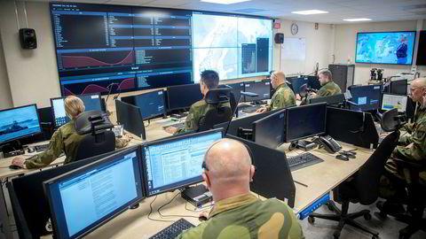 Vi ser at stater i økende grad bruker digitale våpen til å spionere og kartlegge kritisk digital infrastruktur. Her fra Cyberforsvarets operasjonssenter på Jørstadmoen.