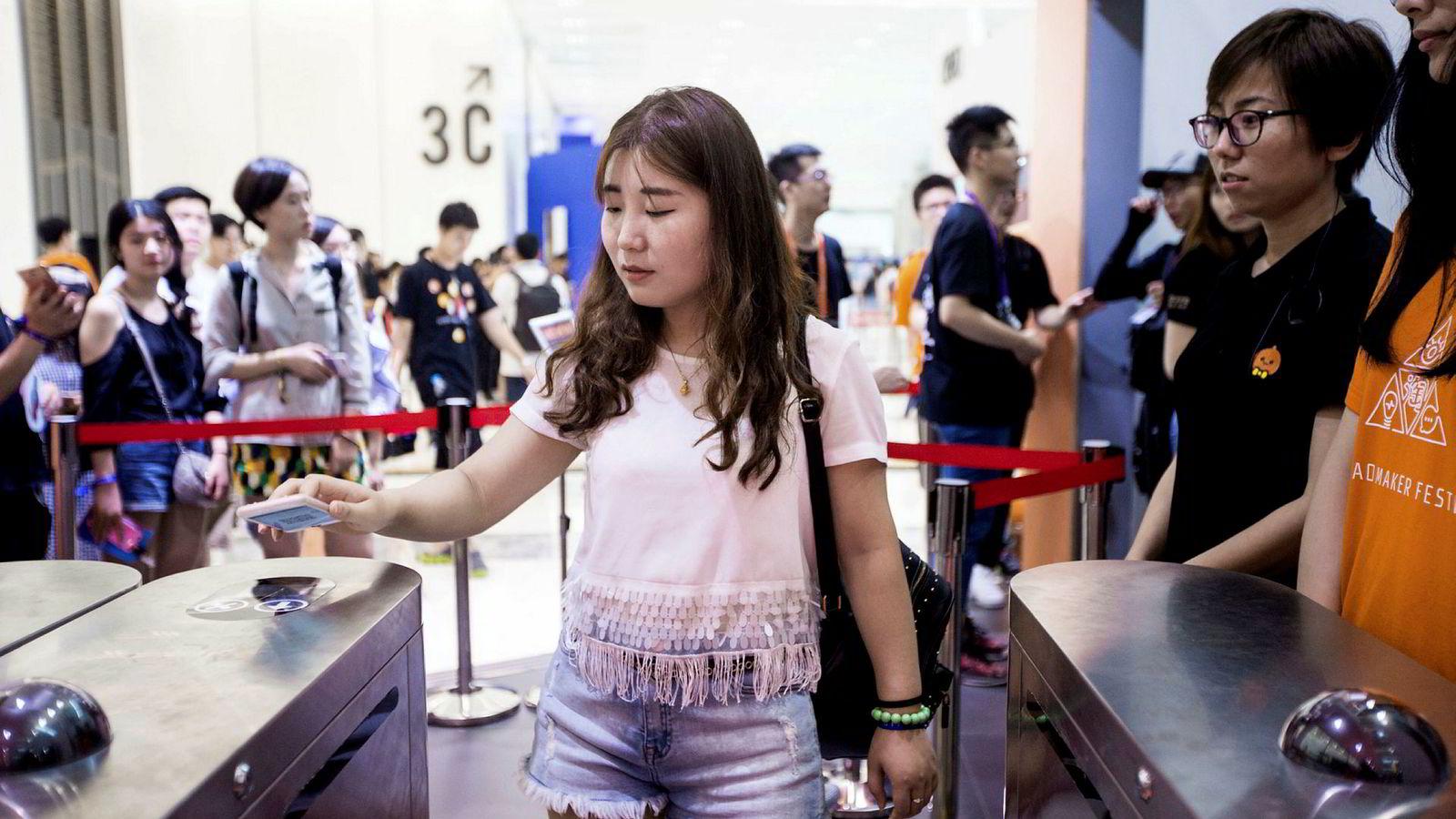 Verdens største fintech-selskap, Alipay, gjorde det høsten 2017 mulig for kinesiske turister å betale med mobilen i Norge, skriver artikkelforfatteren. Her bruker en kvinne i Hangzhou i Kina appen Alipay i en butikk.