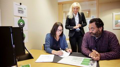 Evelyn og Kenneth Baklund (foran) var torsdag innom Aurskog Sparebank for å skrive under på lånedokumenter og få informasjon om spareavtale. Kunderådgiver Elin Nordengen (bak) merker pågang fra tidligere DNB-kunder.