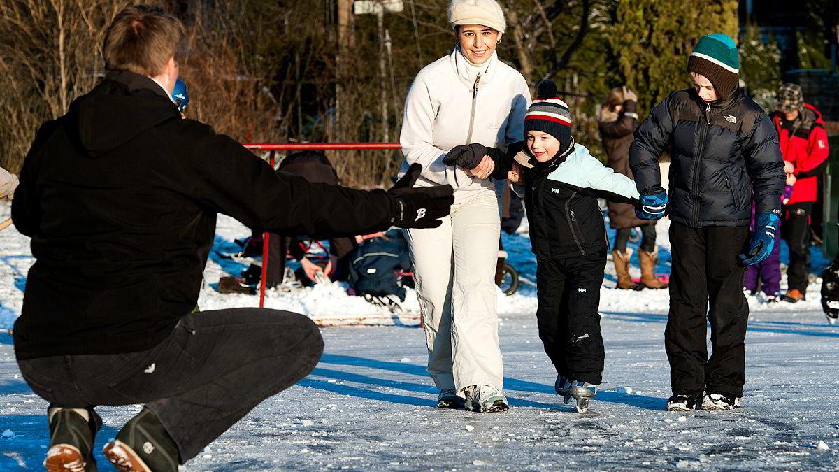 - Jeg har bestemt meg for å like den norske vinteren, sier Amela Koluder-Døvre. Her tester hun skøytene med sønnene Arman og Benjamin, og ektemannen Hans-Petter på Ulvøya.