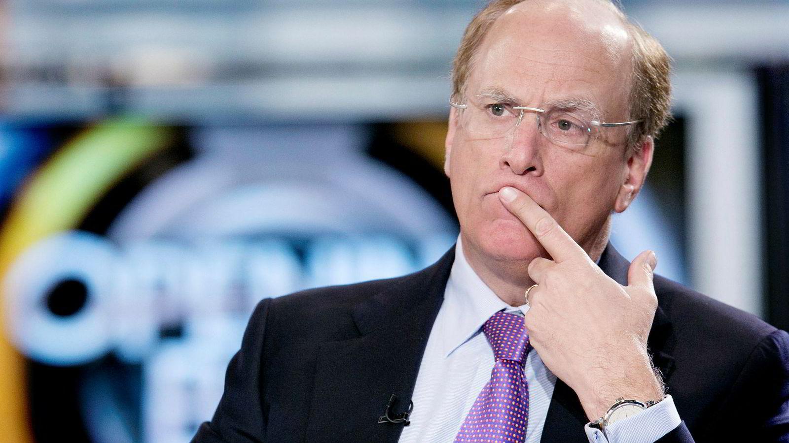 Toppsjef Larry Fink og hedgefondet Blackrock gir seg ikke i troen på nedtur for Norwegian-aksjen.