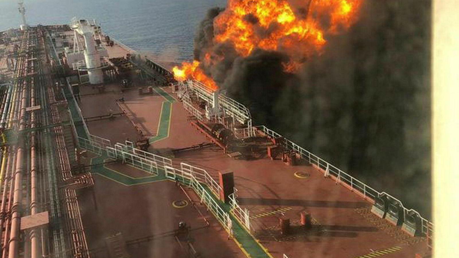 John Fredriksen tankskip «Front Altair» står i brann i Omanbukten. Daily Mirror har postet disse bildene som angivelig skal vise tankeren i brann, og flere kilder har bekreftet at de stammer fra tankskipet.