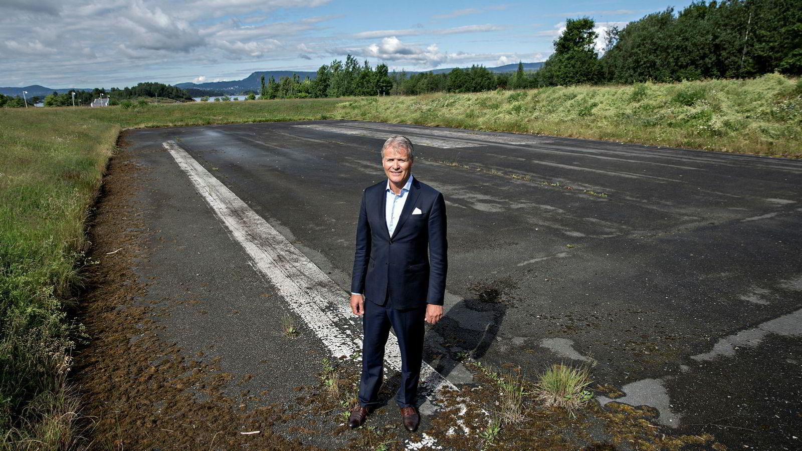 Espen Høiby i flybemanningsselskapet OSM Aviation, her fotografert ved siste rest av rullebanen på Fornebu, mener flyindustrien har behov for 100 nye piloter hver dag.