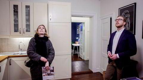 – Boligene har gått såpass ned i pris at folk nå har råd til kjøpe det de hadde råd til før boliglånsforskriftene trådte i kraft for et år siden, sier eiendomsmegler Gard Peder Kopstad. Her på visning med Oda Frøyen Nybø.