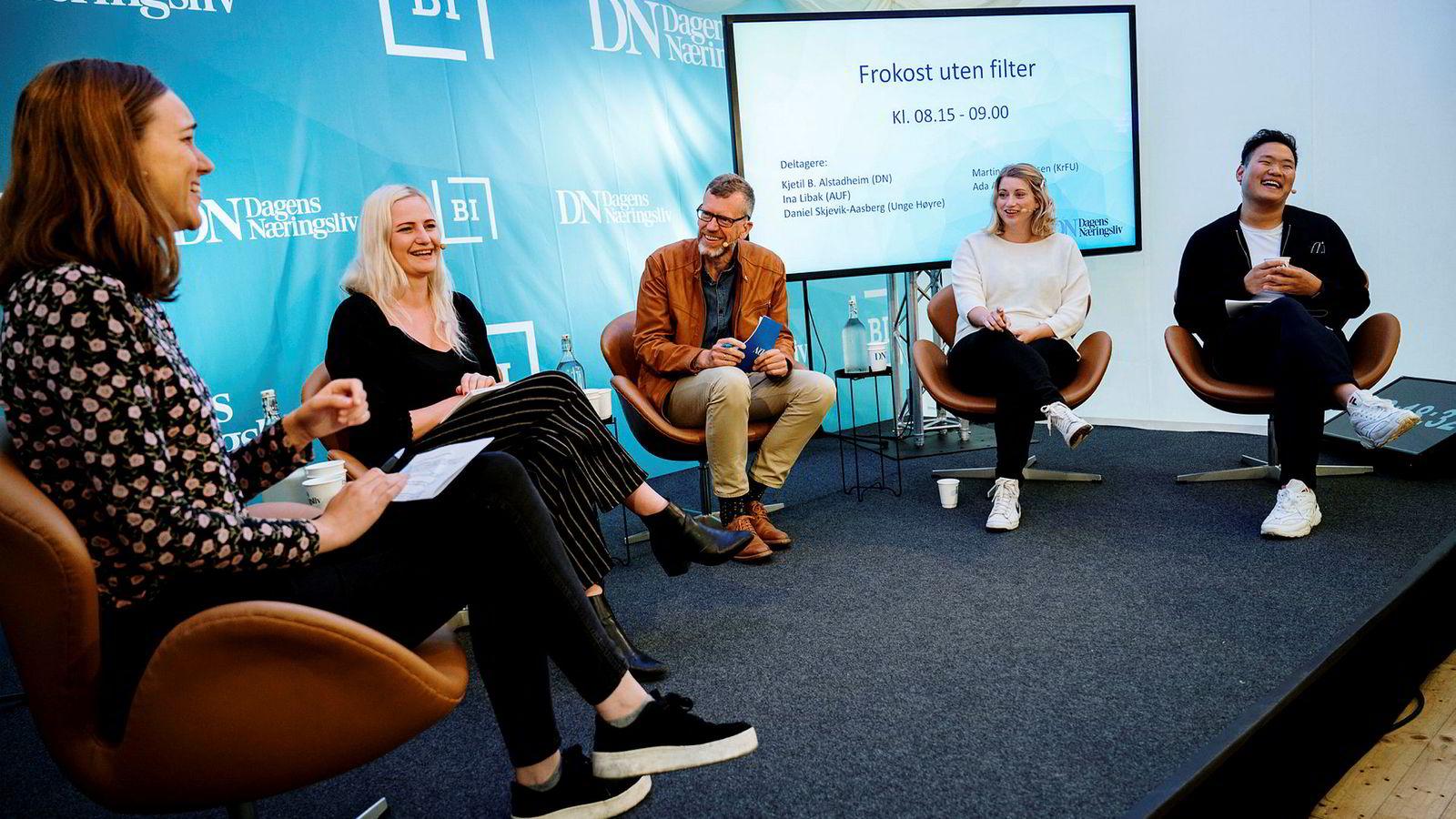Fra venstre AUF-leder Ina Libak, Senterungdommen-leder Ada Arnstad, Kjetil B. Alstadheim, politisk redaktør i Dagens Næringsliv, Kristelig Folkepartis Ungdom-leder Martine Tønnessen og Unge Høyre-nestleder Daniel Skjevik-Aasberg.