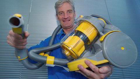 James Dyson utvikler, designer, produserer og markedsfører sine egne produkter under sitt eget navn, Dyson. Oppfinner av den posefrie støvsugeren, og en vaskemaskin med to tromler. Her poserer han med en av støvsugerne sine.