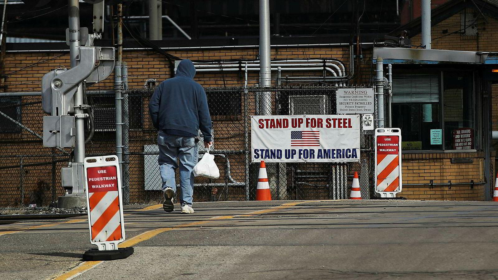 President Trump har en spesiell forkjærlighet for stålsektoren, på samme måte som han har gått langt for å beskytte de 50.000 som jobber i kullindustrien. Dette er lilleputt-næringer i amerikansk målestokk, men lilleputter med betydelig symbolverdi. Bildet er fra Clairton, Pennsylvania.