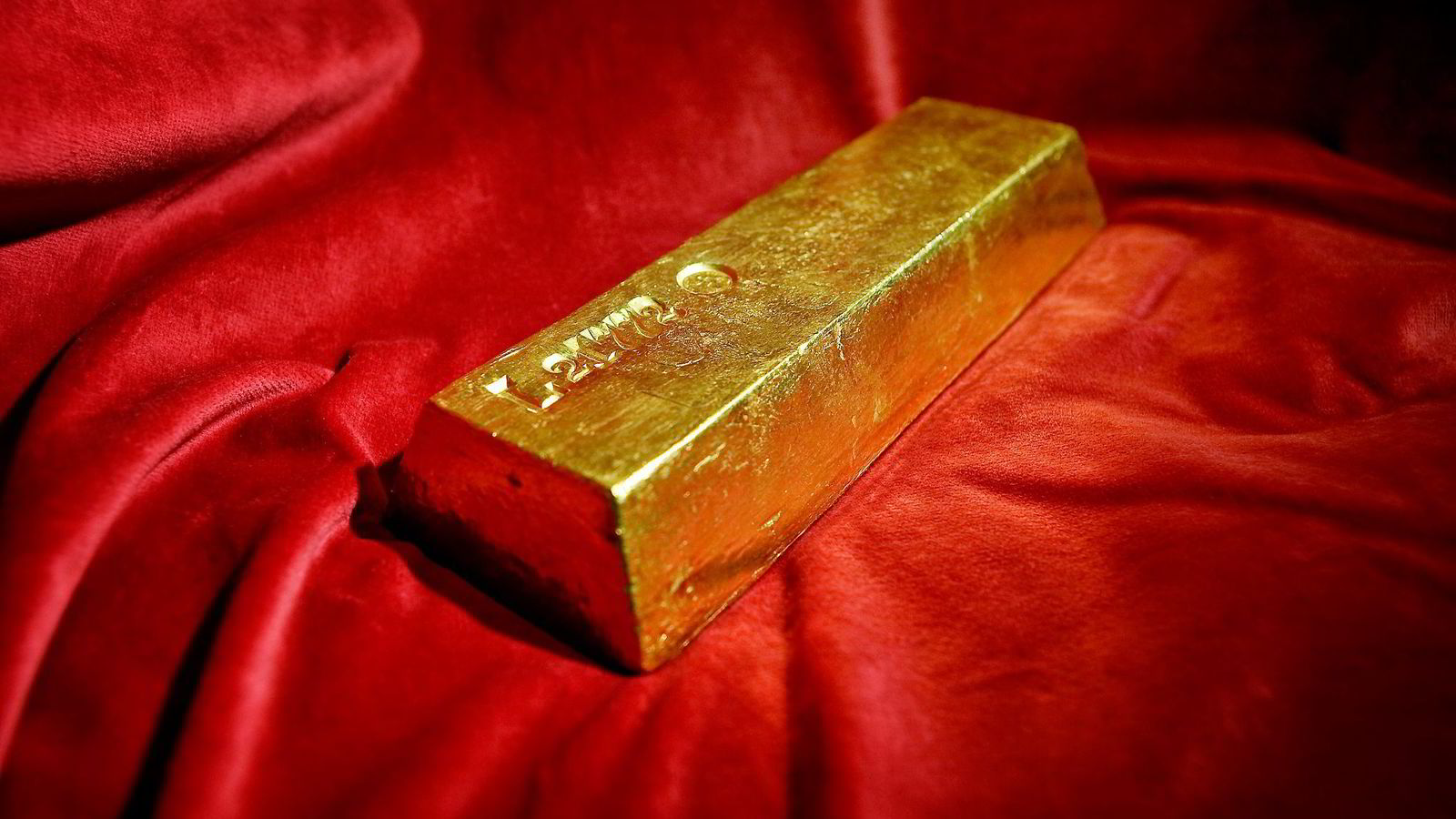 EN UNSE GULL ER EN UNSE GULL. Om hundre år vil ikke gullet ha vokst og heller ikke ha produsert noe. Har du kjøpt en unse med gull, eier du fortsatt en unse med gull. Her er en av Norges Banks syv gullbarrer.                Foto: Jon-Michael Josefsen/