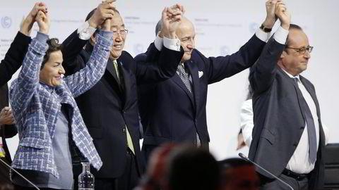 Christiana Figueres (fra venstre), Ban Ki Moon, Laurent Fabius og François Hollande jubler for at verdens land ble enige om en klimaavtale i Paris lørdag – en avtale som er bedre enn de fleste turte å tro på. Men om vi gjennomfører hvert eneste tiltak i avtalen, vil temperaturen likevel stige med mer enn to grader, skriver Erik Solheim. Foto: François Guillot, AFP/NTB Scanpix